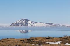 Réflexion de montagne sur le lac bleu avec le fond clair de ciel, Islande Photo libre de droits