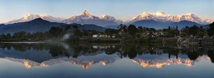 réflexion de montagnes image stock