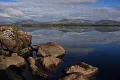 Réflexion de montagnes et de nuages dans l'eau, commande Mayo Irlande de nephin photographie stock libre de droits