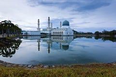 Réflexion de mosquée de Likas Image stock