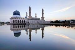 Réflexion de mosquée de Likas Images stock