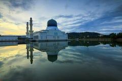 Réflexion de mosquée de Likas chez le Bornéo, Sabah, Malaisie Photos libres de droits