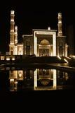 Réflexion de mosquée de nuit sur l'eau image stock