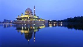 Réflexion de mosquée de Putra pendant l'heure bleue image libre de droits
