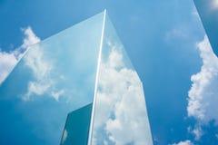 Réflexion de nuage de ciel sur le miroir Photo stock