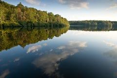 Réflexion de nuage sur le lac price, la Caroline du Nord Image stock