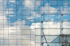 Réflexion de nuages sur l'immeuble de bureaux moderne photographie stock