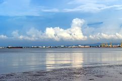 Réflexion de nuageux dans l'océan au-dessus de la ville Image libre de droits