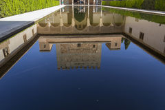 Réflexion de palais d'Alhambra Photos stock