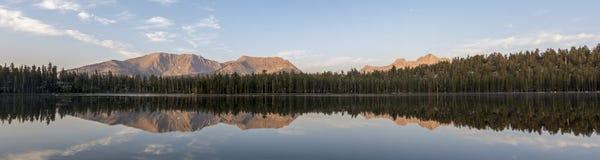 Réflexion de panorama de lever de soleil de lac moraine image libre de droits