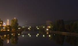 Réflexion de passerelle au-dessus de fleuve à Stuttgart Photo stock