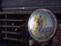 Réflexion de personne dans la lampe de voiture Photos libres de droits