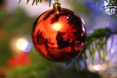Réflexion de pièce sur un globe rouge de Noël image libre de droits