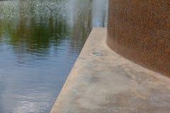 Réflexion de piscine à l'extérieur du bâtiment photos stock