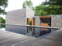 Réflexion de piscine de ciel en personne Photo libre de droits