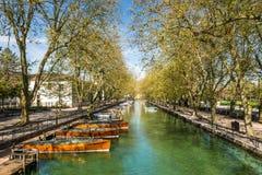 Réflexion de pont d'intrigues amoureuses de DES de Pont de l'amour à Annecy, France Photos stock