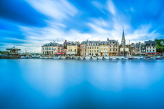 Réflexion de port et d'eau d'horizon de Honfleur. La Normandie, France Photo stock