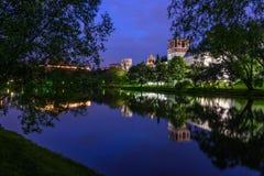 Réflexion de rivière de monastère de Moscou Novodevichy de nuit Images libres de droits