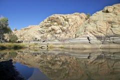 Réflexion de roche de granit dans le lac Images libres de droits