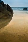 Réflexion de roche sur la plage Photos stock