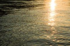 Réflexion de soleil sur une eau Photo stock