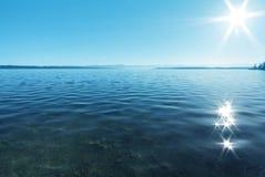 Réflexion de Sun dans l'eau Image stock