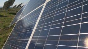 Réflexion de Sun sur le panneau solaire Ferme de collecteur de Sun dans les domaines ruraux Panorama banque de vidéos