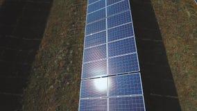 Réflexion de Sun sur le panneau solaire Tiré sur le bourdon clips vidéos