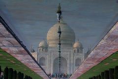 Réflexion de Taj Mahal dans l'eau de fontaine, Âgrâ, Inde Image stock
