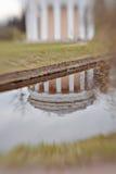 Réflexion de temple de l'amitié en parc de Pavlovsk Photos stock