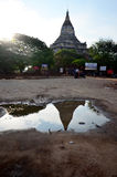 Réflexion de temple de Shwesandaw dans le temps de matin Photographie stock libre de droits
