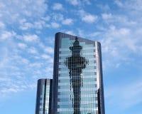 Réflexion de tour de ciel d'Auckland Photographie stock libre de droits