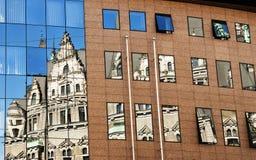 Réflexion de vieille architecture dans un neuf Photos libres de droits
