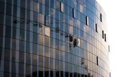 Réflexion de vitraux de bleu de ciel de bâtiment Image libre de droits