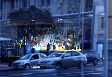 Réflexion de vue de rue à la fenêtre Photo libre de droits