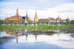 Réflexion de Wat Phra Kaew, Bangkok, Thaïlande Image libre de droits
