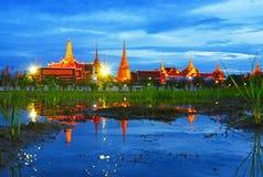 Réflexion de Wat Phra Kaew dans le temps crépusculaire, Bangkok, Thaïlande Images libres de droits