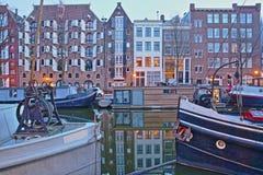 Réflexion des bâtiments colorés d'héritage le long du canal de Brouwersgracht à Amsterdam, avec des bateaux-maison dans le premie photo libre de droits
