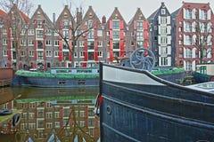 Réflexion des bâtiments colorés d'héritage le long du canal de Brouwersgracht à Amsterdam, avec des bateaux-maison dans le premie photographie stock libre de droits