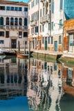 Réflexion des bâtiments dans l'eau à Venise Images libres de droits