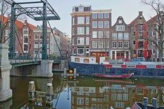 Réflexion des bâtiments et des bateaux-maison colorés d'héritage le long du canal de Brouwersgracht à Amsterdam, avec Binnen Domm photos libres de droits