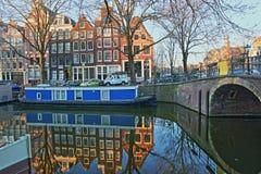 Réflexion des bâtiments et des bateaux-maison colorés d'héritage le long du canal de Brouwersgracht à Amsterdam photographie stock
