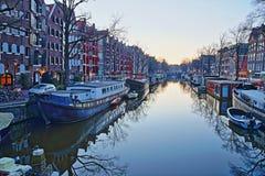 Réflexion des bâtiments et des bateaux-maison colorés d'héritage le long du canal de Brouwersgracht à Amsterdam image stock