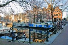 Réflexion des bâtiments et des bateaux-maison colorés d'héritage le long du canal de Brouwersgracht à Amsterdam photos stock