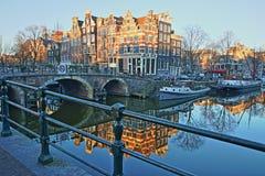 Réflexion des bâtiments tordus et colorés d'héritage le long du canal de Brouwersgracht et avec le pont de Lekkeresluis du côté g photo stock