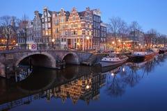Réflexion des bâtiments tordus et colorés d'héritage le long du canal de Brouwersgracht et avec le pont de Lekkeresluis du côté g photos stock
