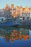 Réflexion des bâtiments tordus et colorés d'héritage le long du canal de Prinsengracht et à côté du canal de Brouwersgracht, Amst photo libre de droits