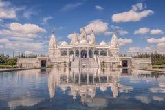 Réflexion des BAPS Shri Swaminarayan Mandir Houston dans le p photos stock
