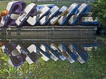 Réflexion des bateaux de palette empilés Photographie stock libre de droits