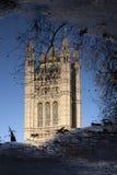 Réflexion des Chambres du Parlement, Westminster ; Londres Photos stock